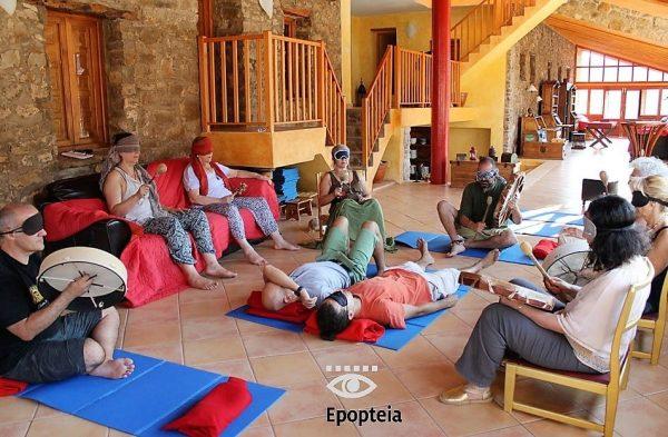 un grupo junta intención para sanar en rueda medicinal en ritual